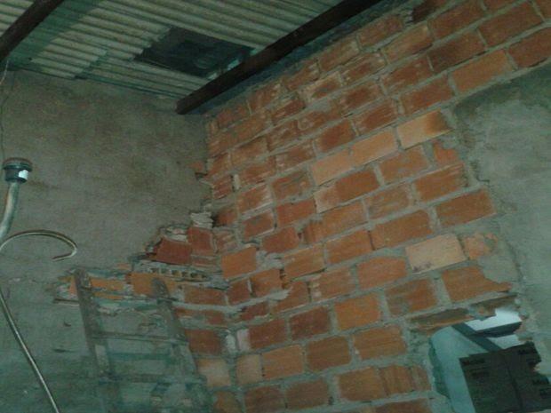 Buraco foi feito pelos criminosos no telhado de loja vizinha e na parede do estabelecimento da vítima (Foto: Divulgação)