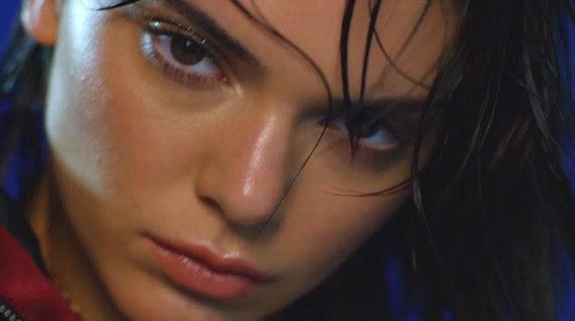 O cabelo molhado, não se importam: segundo turno da Kendall no calendário, tendo aparecido como uma Deusa no ano passado, foi filmado em Nova York Pier 59 Studios, onde foi denominado por Lysa Cooper