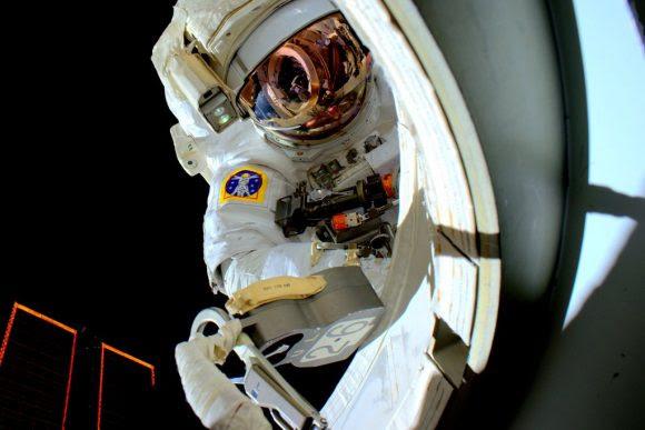 Kelly en el exterior de la estación (NASA).