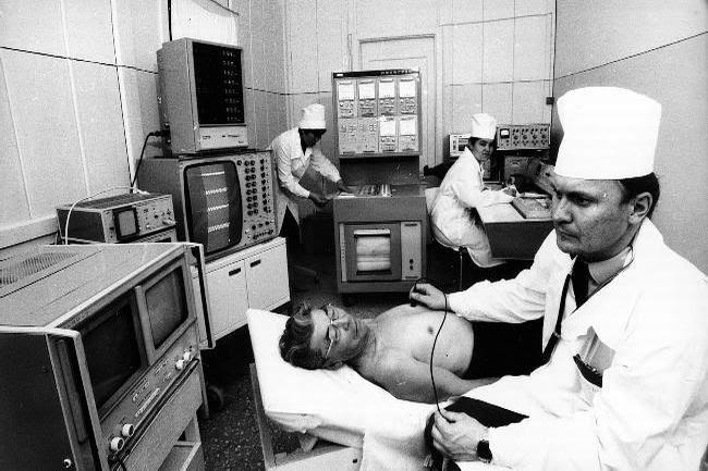Παρά το γεγονός ότι κατά τη διάρκεια του Β' Παγκοσμίου Πολέμου στο υγειονομικό σύστημα της ΕΣΣΔ προκλήθηκαν ζημιές ύψους 6,6, δισ.ρουβλίων και καταστράφηκαν 40.000 νοσοκομεία και άλλα υγειονομικά κέντρα, ήδη το 1947 οι βασικοί δείκτες περίθαλψης είχαν επανέλθει στα προπολεμικά επίπεδα