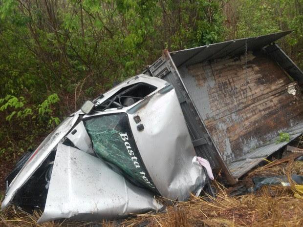 Com o impacto o caminhão acabou sendo projetado para o acostamento (Foto: Divulgação/PRF)