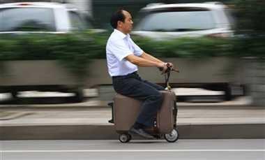 चीनी व्यक्ति ने बनाया स्कूटर वाला सूटकेस