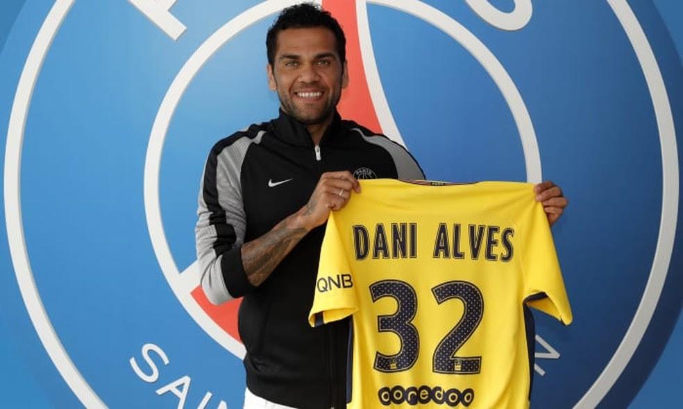 Daniel Alves exibe o novo modelo de camisa do PSG: