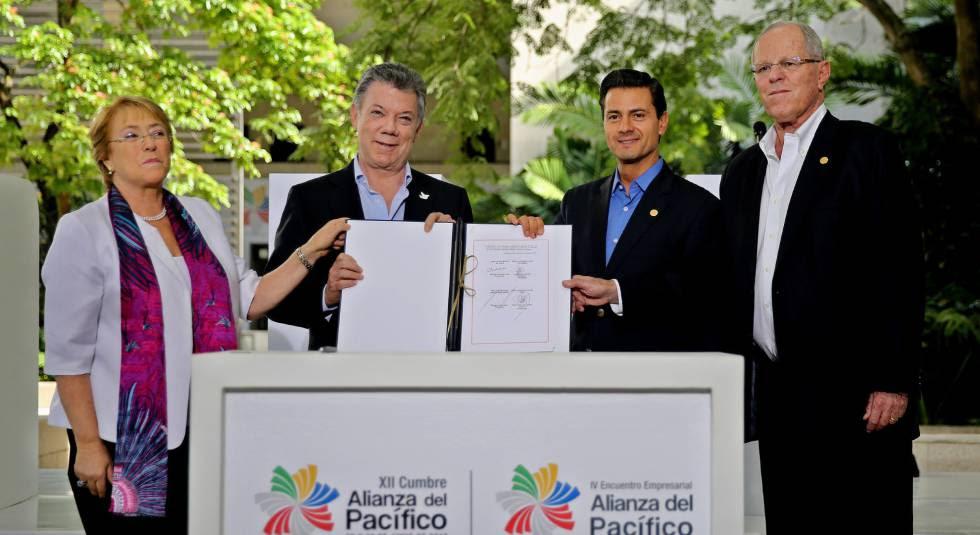 La presidenta de Chile, Michelle Bachelet, el de Colombia Juan Manuel Santos, el mexicano, Enrique Peña Nieto, y el peruano, Pedro Pablo Kuczynski, cierran la cumbre de la Alianza del Pacífico.