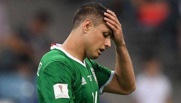 La estrella de México, el Chicharito Hernández, abatido ante los continuos fallos de su equipo. Foto: AFP.