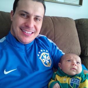 Ao lado do filho Lucas, Rafael disse que tapa foi misto de emoção e chateação com Alexis Sanchez, autor do primeiro gol do Chile sobre o Brasil (Foto: Arquivo pessoal)