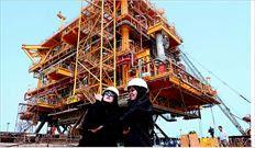 Ιρανές µπροστά σε υπό κατασκευήν πλατφόρµα πετρελαίου στη νήσο Κεσµ του Περσικού Κόλπου