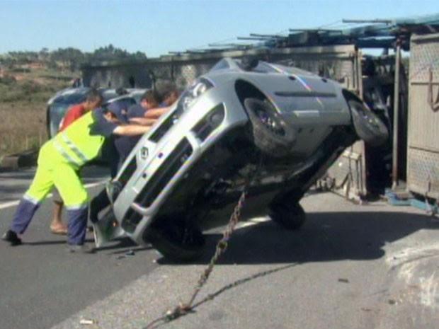 Cegonheira tomba e arremessa carros na Rodovia Fernão Dias (Foto: Reprodução EPTV)