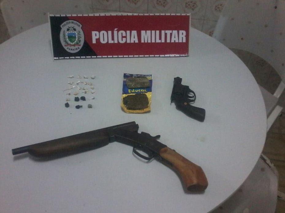 Na ação, a polícia também apreendeu drogas e armas.