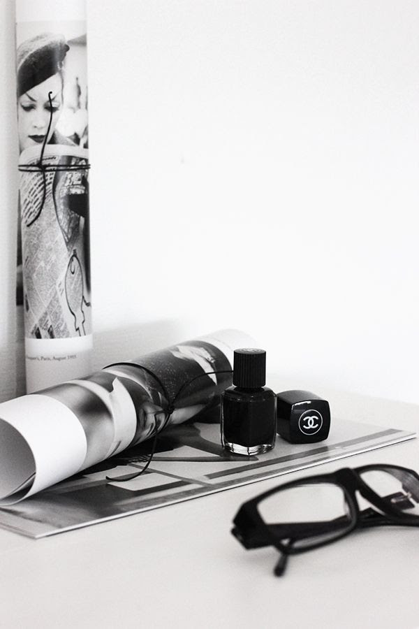 LE FASHION BLOG HOME DECOR INSPIRATION MIJA THE SUPER ORDINARY SWEDISH INTERIOR DESIGN BLOGGER BLACK AND WHITE FASHION RELATED DETAILS BLACK EYEGLASSES NERD FRAMES BLACK CHANEL NAIL POLISH MAGAZINE PRINTS 7 photo LEFASHIONBLOGHOMEDECORINSPIRATIONMIJATHESUPERORDINARY7.jpg