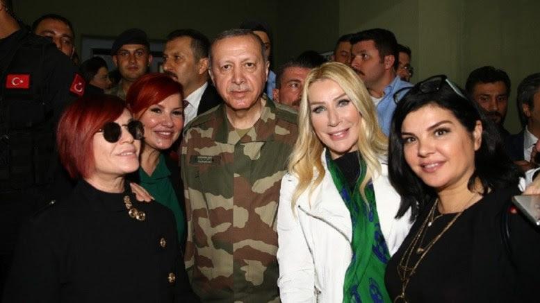 Ο Πρόεδρος της Τουρκίας Ταγίπ Ερντογάν, με λαϊκές τραγουδίστριες, φορώντας ρούχα παραλλαγής. Φωτογραφία Τουρκική Προεδρία