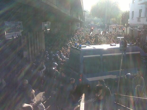 La polizia carica gli studenti