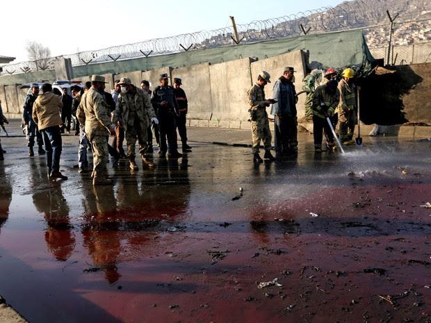 Forças de segurança inspecionam portal da políca em Cabul, no Afeganistão, após atentado que deixou mortos e feridos nesta segunda-feira (1º) (Foto: Rahmat Gul/AP)
