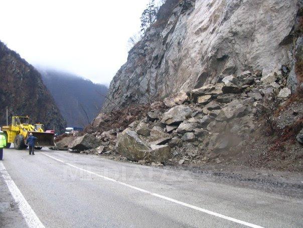 Mehedinti: Circulatie îngreunata pe DN 6 din cauza scurgerilor de pe versanti