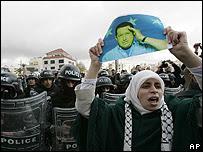 Una mujer levanta una foto de Chávez en Jordania (Foto: Archivo)