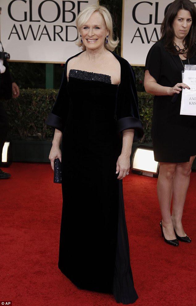 Velvet faísca: Glen Closs olhou effortlessly elegante em um vestido de veludo e um xale de correspondência