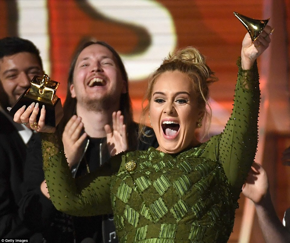 Split: Ela orgulhosamente segurou as duas peças do maior prêmio da noite