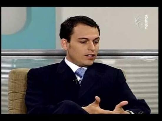 A Polícia Federal também cumpriu nesta terçamandados de busca e apreensão em endereços ligados ao advogado Tiago Cedraz, filho do presidente do Tribunal de Contas da União (TCU), Aroldo Cedraz. Os agentes estiveram na casa do advogado e em seu escritório. o escritório que ele mantém numa mansão do Lago Sul, área nobre de Brasília. Segundo fontes da PF, embora não tenha foro privilegiado, Cedraz é alvo de investigação no Supremo porque o caso envolve suspeitas sobre ministros do Tribunal que o pai preside.