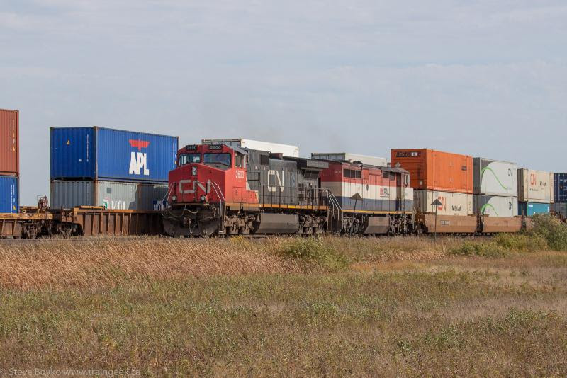 CN 2600 on train CN 199