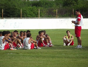No retornoa o América-RN, Roberto Fernandes reúne o grupo para uma conversa (Foto: Jocaff Souza)