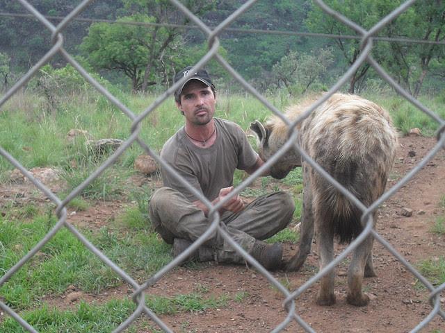 Кевин Ричардсон рассказывает о гиенах посетителям заповедника. Фото