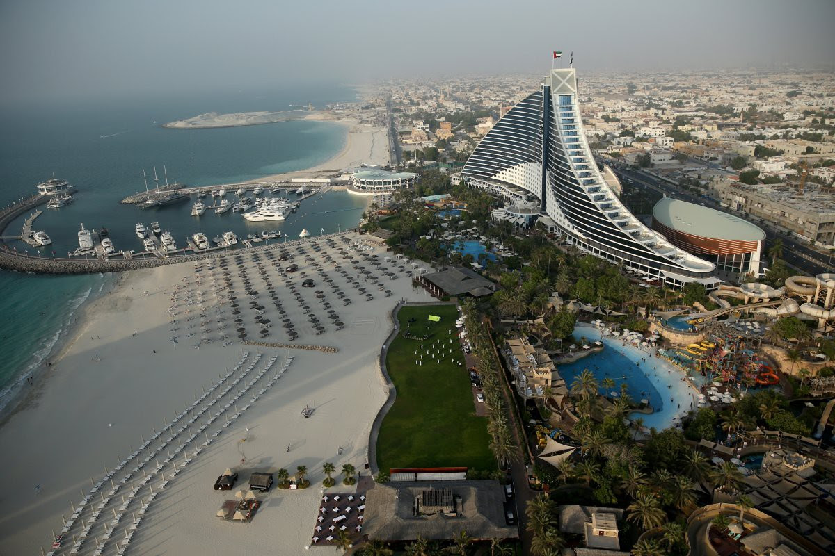 19. Jumeirah Beach Hotel has 598 rooms and 20 restaurants / bars, plus a 364,000-square-foot beach.  in the world, Dubai, Beauty