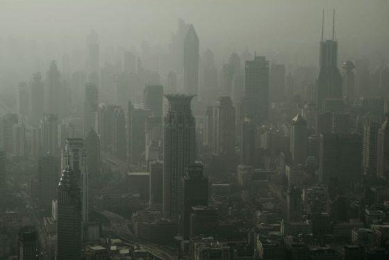 Vista aérea de Shanghai cubierta por una bruma de contaminación.