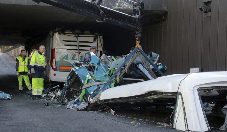Restos del autobús que transportaba cerca de sesenta estudiantes españoles de Bilbao a Amsterdam que se empotró esta madrugada en un túnel demasiado bajo (de 2,60 metros) del Grand Boulevard de la periferia de Lille.