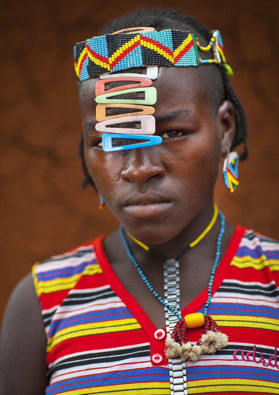Tribo etíope recicla descartes do mundo moderno em acessórios de moda 12