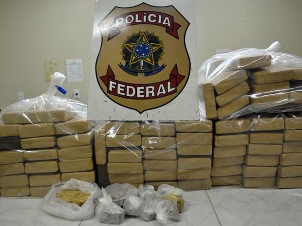 Ao todo, foram apreendidos 74 tabletes de maconha, que totalizam 100 kg; e 1,7Kg de crack, que renderia até 6,8 mil pedras (Foto: Divulgação / PF)
