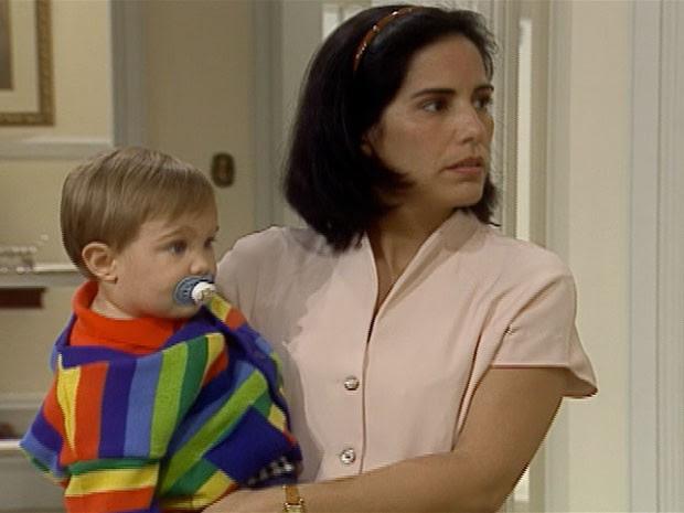 Nice (Glória Pires) com o bebê de Stela (Maria Padilha) (Foto: reprodução/TV Globo)