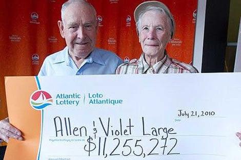 Allen y violet Large posan con el cheque de su premio. | Dailymailonline
