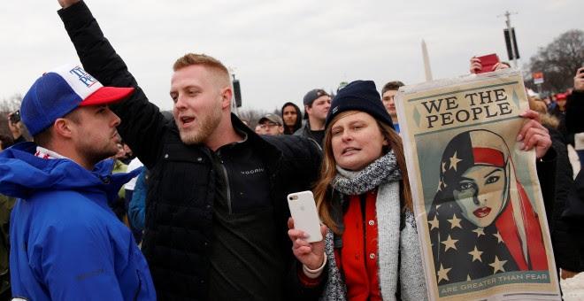 Activistas protestan contra la toma de posesión de Donald Trump en Washington. REUTERS