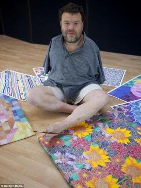 Tom Yendell, que nasceu sem os braços devido ao medicamento Talidomida, tornou-se um artista de renome mundial em pintura com a boca e os pés.