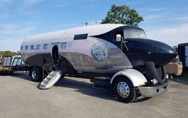 Ветеран ВВС превратил списанный самолет Douglas R4D в семейный автофургон