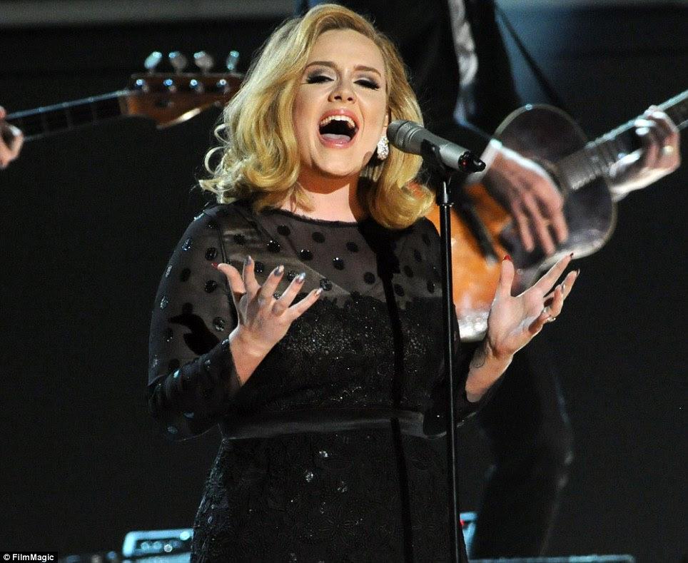 Cantando seu coração para fora: Adele foi aplaudido de pé depois de dar sua primeira apresentação desde uma cirurgia na garganta que ameaça sua carreira