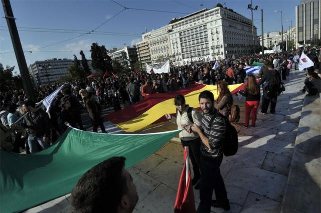 Bandera española en las protestas griegas contra los recortes. | Afp