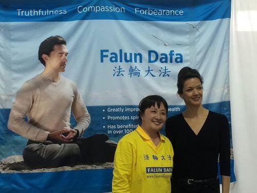 图4:图中这位女士(右)曾跳芭蕾舞,她告诉学员,一看到横幅就感受到了正的能量,表示了很强的兴趣。