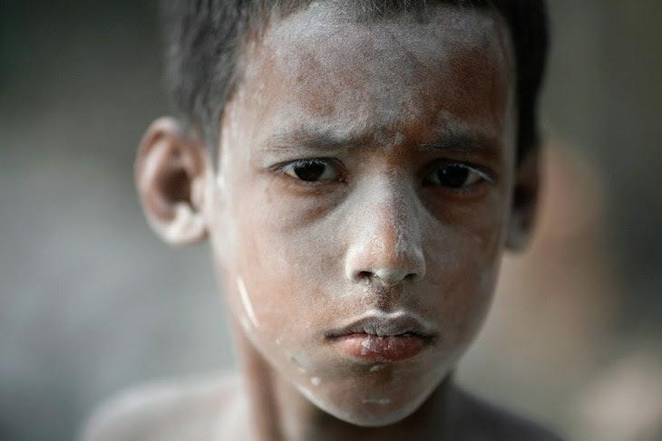 Το 7 χρονο παιδί εργάζεται σε εργοστάσιο κατασκευής μπαλονιών στο Μπαγκλαντές. Περίπου 20 παιδιά εργάζονται στο συγκεκριμένο εργοστάσιο, και τα περισσότερα από αυτά εργάζονται για 12 ώρες την ημέρα.