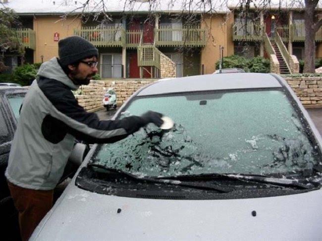 лед на стекле машины