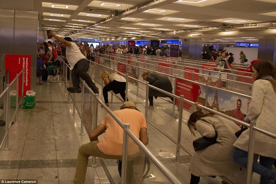 Após as explosões, os passageiros no interior do edifício do terminal começaram a fugir com algum ser forçado a saltar ou pato sob barreiras