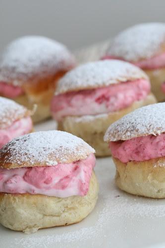 Lenten buns with marzipan & raspberries / Vastlakuklid vaarikate ning martsipaniga