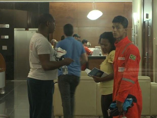 Funcionários de navio-plataforma chegam a hotel em Vitória (Foto: Reprodução/ TV Gazeta)