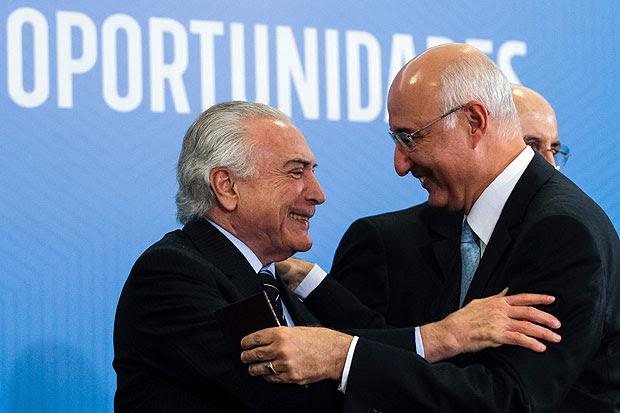 (120713) -- BRASILIA, julio 13, 2017 (Xinhua) -- Imagen cedida por la Presidencia de Brasil, del presidente brasileño Michel Temer (i), saludando al presidente del Tribunal Superior del Trabajo, Ives Gandra (d), durante la ceremonia de firma de la Ley de Modernización del Trabajo, en Brasilia, capital de Brasil, el 13 de julio de 2017. De acuerdo con información de la prensa local, Michel Temer firmó el jueves la reforma laboral aprobada el martes por el senado y que entrará en vigencia en 120 días. La reforma propuesta por el gobierno de Temer permite que prevalezcan acuerdos entre empresas y empleados por encima de la legislación vigente, el trabajo intermitente, el fraccionamiento de las vacaciones, y otras modificaciones. (Xinhua/Beto Barata/Presidencia de Brasil) (fnc) (ce)