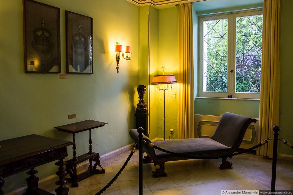 Мебель в одной из комнат дворца Ахиллеон