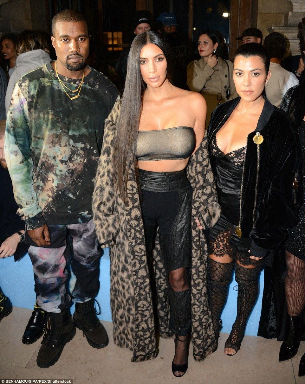 Kanye West, Kim Kardashian e Kourtney Kardashian são retratados na primeira fila no show Off-White em Paris na quinta-feira