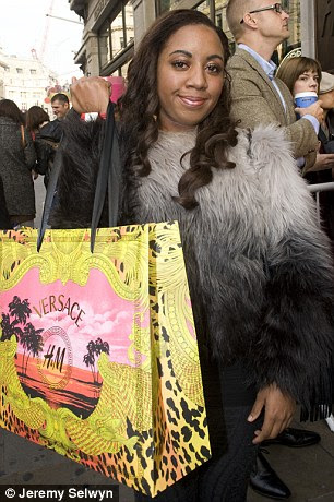 Animado: Caleen Heslop com sacos de seu Versace