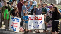 I coloni protestano a Gerusalemme davanti all'ufficio del primo ministro  contro la decisione di evacuare Amona, un avamposto illegale situato in Cisgiordania, 11 novembre 2016