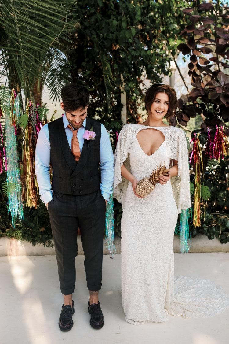 Eine weitere Hochzeit Kleid war ein Mantel Spitze einer mit einem Umhang befestigt und tiefem Ausschnitt