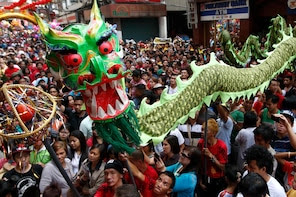 Filipino-Chinese people perform a dragon dance during the Chinese New Year celebration in Manila's Chinatown January 31, 2014. According to the Chinese lunar calendar, the Chinese New Year, which welcomes the year of the horse, falls on January 31 this year. REUTERS/Erik De Castro (PHILIPPINES - Tags: ANNIVERSARY SOCIETY)